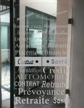 Décoration de porte vitrée en film dépoli (effet verre sablé)